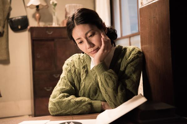 グリーンのニットセーターを着た松下奈緒さん